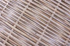 Os testes padrões de tradicional tailandês handcraft o assoalho de bambu, fundo de madeira natural da textura imagem de stock