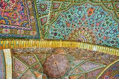 Os testes padrões do complexo na mesquita de Nasir Ol-Molk, Shiraz, Irã Imagens de Stock