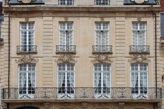 Os testes padrões dos rococós sculptured na fachada de uma construção em Caen (França) Foto de Stock