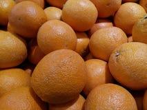 Os testes padrões e as texturas de muitas laranjas empilham junto fotos de stock