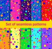 Os testes padrões sem emenda com círculos coloridos são dispersados aleatoriamente Cores brilhantes, coleção de dez fundos Vetor ilustração royalty free