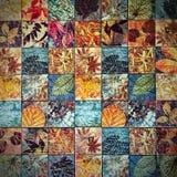 Os testes padrões velhos dos azulejos da parede handcraft dos parques de Tailândia públicos Imagens de Stock