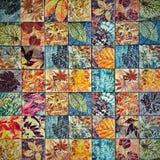 Os testes padrões velhos dos azulejos da parede handcraft dos parques de Tailândia públicos Fotografia de Stock Royalty Free