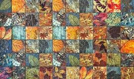 Os testes padrões velhos dos azulejos da parede handcraft dos parques de Tailândia públicos Imagem de Stock