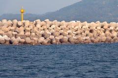 Os tetrapods concretos compõem um quebra-mar na ilha de Jeju Imagens de Stock