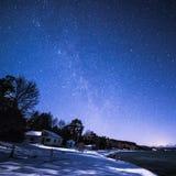 Os tintureiros latem, Bruce Peninsula na noite com Via Látea e estrela fotografia de stock royalty free