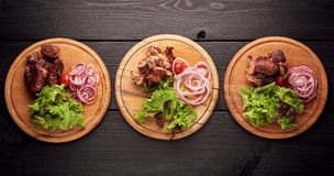 Os tipos diferentes da carne grelhada como a carne de porco, chiken e carne em placas diferentes com salada e vegetais Carne do n imagem de stock royalty free