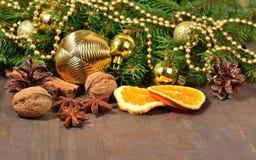 Os tipos diferentes das especiarias, porcas, secaram laranjas e cones, Cristo Fotografia de Stock Royalty Free
