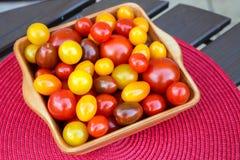 Os tipos diferentes de tomates serviram em um prato do cerami Saudável coma Fotos de Stock Royalty Free