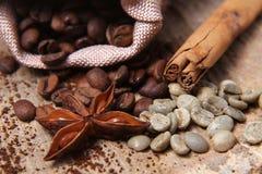 Os tipos diferentes do close-up de feijões de café em um saco, em um café verde, em umas varas da canela e em um anis star, macro Imagens de Stock Royalty Free