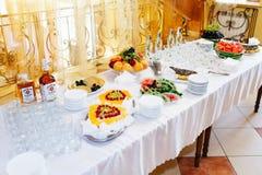 Os tipos diferentes dos frutos e das bebidas encontram-se na tabela em p branco Fotografia de Stock