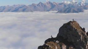 Os tiros aéreos épicos dos turistas estão sobre a montanha que toma imagens da vista bonita e da apreciação vídeos de arquivo
