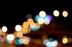 Os tiros coloridos redondos do bokeh tomados do carro iluminam-se na noite Fotografia de Stock