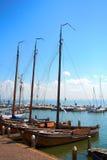Os tiros temperamentais dos barcos amarraram ao lado das amarrações em Volendam, Holanda Imagens de Stock Royalty Free