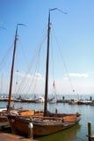 Os tiros temperamentais dos barcos amarraram ao lado das amarrações em Volendam, Holanda Fotos de Stock Royalty Free