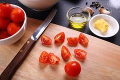 Os tomates cortam e ingrediente para a sopa dos tomates Imagens de Stock Royalty Free