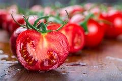 Os tomates de cereja frescos lavaram a agua potável Corte tomates frescos Imagem de Stock