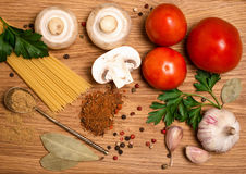 Os tomates dos espaguetes crescem rapidamente com ervas em um velho e em um vintage wo Imagem de Stock Royalty Free