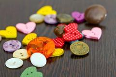 Os tons escuros dos botões estão na tabela Fotos de Stock Royalty Free