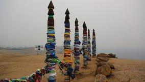 Os totens de madeira do curandeiro com fitas aproximam o cabo santamente filme