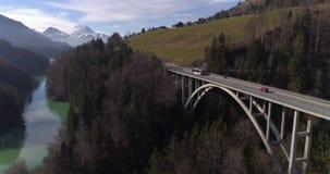 Os TPF transportam na ponte de Javro - 4K aéreo filme