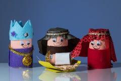 Os três homens sábios feitos do papel higiênico rolam por uma criança Imagens de Stock