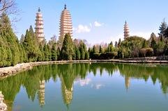 A lagoa da reflexão que reflete a imagem dos três pagodes Fotografia de Stock