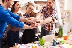 Os trabalhadores amigáveis alegres estão prontos para cooperar foto de stock royalty free