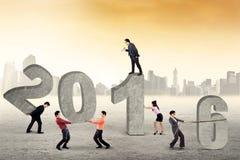 Os trabalhadores arranjam os números 2016 fora Imagens de Stock