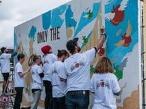 Os trabalhadores britânicos da cidra de Carling decoram a propaganda sul do banco Foto de Stock