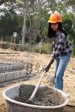 Os trabalhadores da construção são misturar concreta imagens de stock