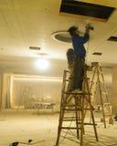 Os trabalhadores da decoração enfeitam acima o teto Fotografia de Stock Royalty Free