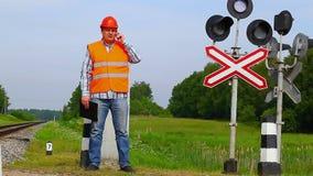 Os trabalhadores da estrada de ferro aproximam balizas do sinal Imagem de Stock Royalty Free