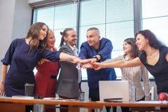 Os trabalhadores de escritório amigáveis são reunidos fotografia de stock royalty free