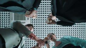 Os trabalhadores de escritório com copos vazios, um telefonema de fatura, tração manuseiam acima vídeos de arquivo