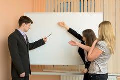 Os trabalhadores de escritório discutem o trabalho Imagem de Stock Royalty Free