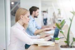Os trabalhadores de escritório hábeis estão usando computadores Fotos de Stock