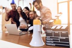 Os trabalhadores de escritório novos que olham o portátil selecionam junto imagem de stock royalty free