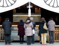 Os trabalhadores de escritório pagam seus respeitos no santuário de Yasukuni, Tóquio, Japão Foto de Stock