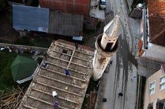 Os trabalhadores demolem a mesquita velha foto de stock
