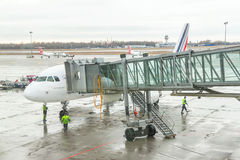 Os trabalhadores do aeroporto (grupo) estão preparando-se para o passageiro de desembarque Foto de Stock