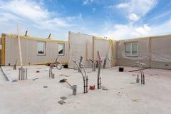 Os trabalhadores do construtor do Roofer com o guindaste que instala os painéis isolados estruturais SORVEM Casa energia-eficient foto de stock