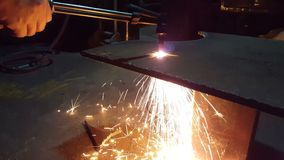 Os trabalhadores do metal estão usando o aço do corte de gás video estoque