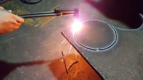 Os trabalhadores do metal estão usando o aço do corte de gás vídeos de arquivo