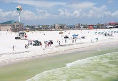 Os trabalhadores do petróleo substituem turistas na praia de Pensacola Imagem de Stock