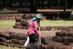 Os trabalhadores estão cancelando ervas daninhas que a grama para renova a área do local arqueológico na cidade antiga de Sri The imagem de stock royalty free