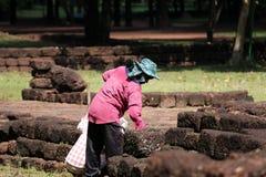 Os trabalhadores estão cancelando ervas daninhas que a grama para renova a área do local arqueológico na cidade antiga de Sri The fotografia de stock royalty free