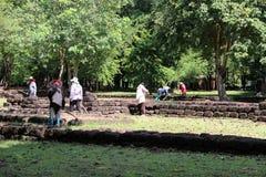 Os trabalhadores estão cancelando ervas daninhas que a grama para renova a área do local arqueológico na cidade antiga de Sri The fotos de stock royalty free