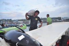 Os trabalhadores estão carregando o atum no caminhão à fábrica do marisco na cidade de General Santos Imagem de Stock Royalty Free