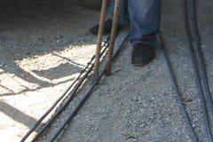 Os trabalhadores estão dobrando o aço com equipamento de dobra de aço foto de stock royalty free